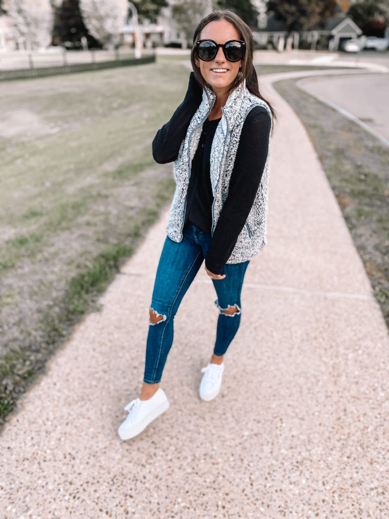 ripped jeans and white platforms sneakers cute fall outfits